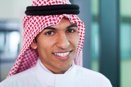 近代的なオフィスに若い中東企業の労働者