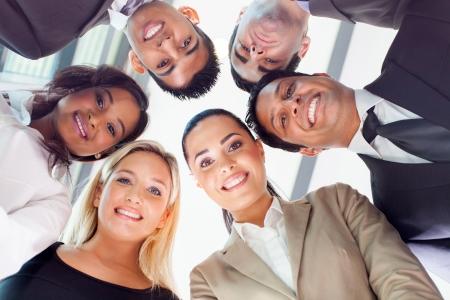 multicultureel: groep van mensen uit het bedrijfsleven in een cirkel naar beneden te kijken Stockfoto