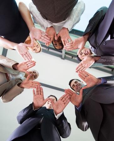 jovenes empresarios: �ngulo de visi�n baja de las manos del equipo de negocios juntos en c�rculo Foto de archivo
