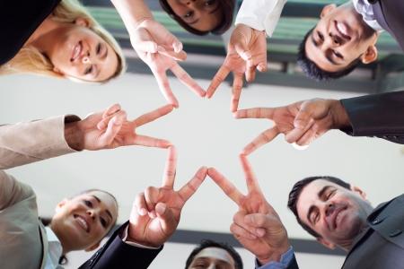 jovenes empresarios: grupo de hombres de negocios manos formando una forma de estrella