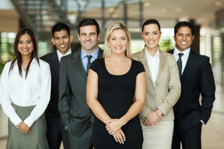 オフィスビル内の近代的なビジネス チームの肖像画