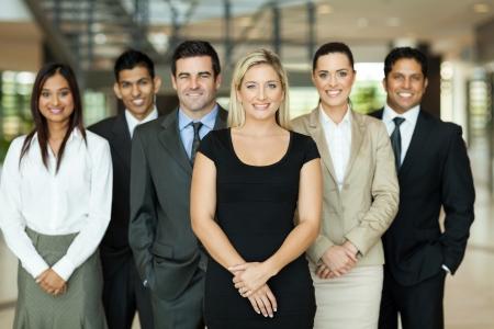 jovenes empresarios: retrato de moderno equipo de negocios en el interior del edificio de oficinas