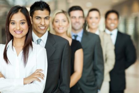 jovenes empresarios: grupo de equipo de negocios de pie en una fila Foto de archivo