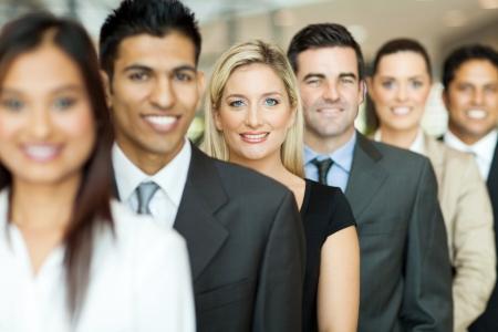 jovenes empresarios: grupo de ejecutivos de negocios de pie en una fila Foto de archivo