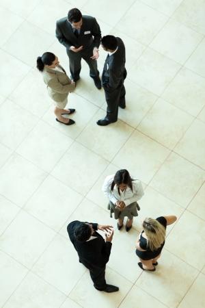 oben Ansicht der Gruppe von Geschäftsleuten mit informellen Treffen