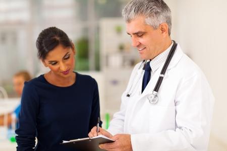 paciente: alto m�dico de comprobaci�n de resultados de la prueba del joven paciente Foto de archivo