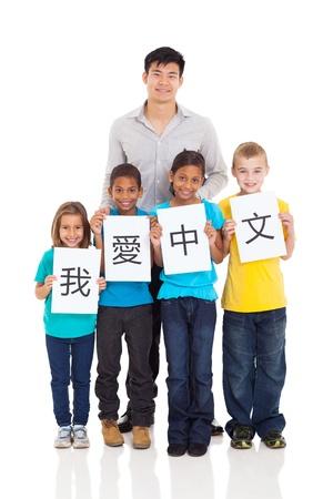 adult learners: guapo profesor de chino de pie con un grupo de estudiantes aislados en blanco