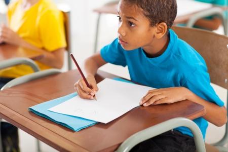 escuela primaria: adorable africano americano estudiante de primaria estudiando chino en el aula