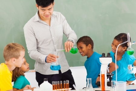 science class: elementary school chemistry experiment in classroom Stock Photo