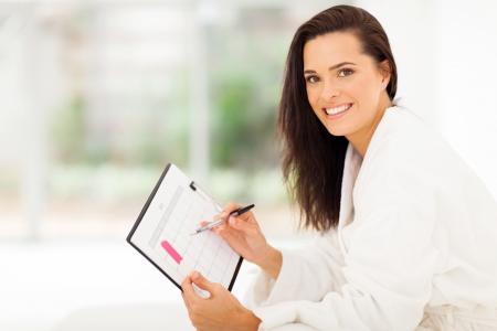 elegante junge Frau Planung ihrer Schwangerschaft im Schlafzimmer zu Hause