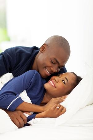 pareja durmiendo: americano joven pareja afro en la cama
