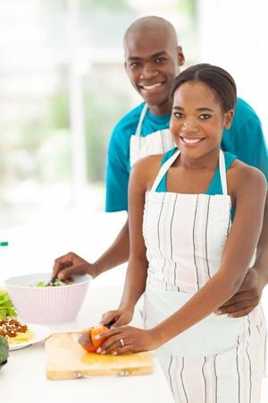 hombre cocinando: linda pareja afroamericana cocinar alimentos saludables juntos