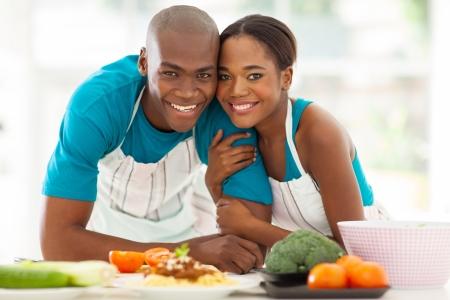 pareja saludable: linda pareja afroamericana en la cocina casera Foto de archivo