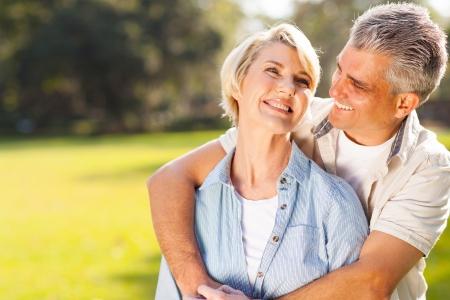 屋外を包含かわいい中年夫婦