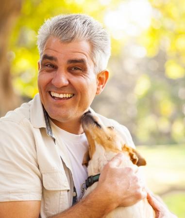 gelukkige man van middelbare leeftijd en de hond buiten