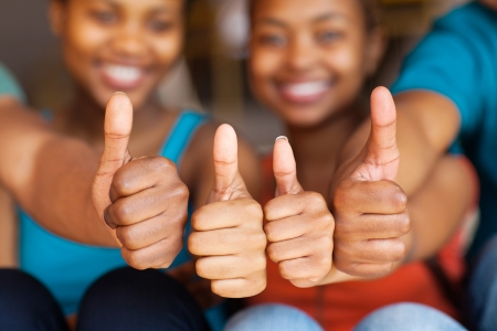 thumbs up group: gruppo di amici africani thumbs up
