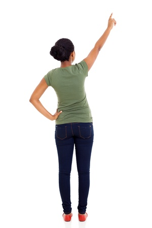 vista posteriore della donna afro-americana che punta spazio vuoto