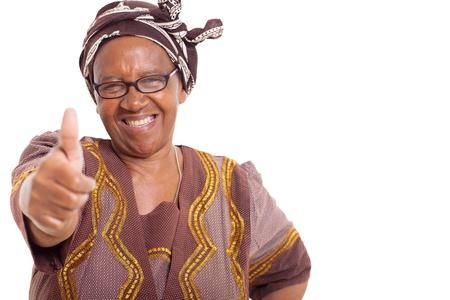 白い背景の上に親指をあきらめる幸せな笑顔と成熟したアフリカ女性