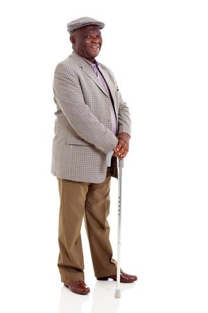 lachende oudere Afrikaanse man met wandelstok op wit wordt geïsoleerd