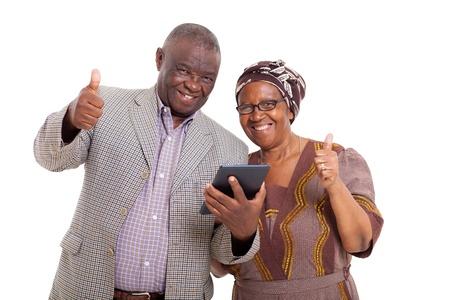 jubilados: feliz pareja african mayor con Tablet PC y que los pulgares arriba