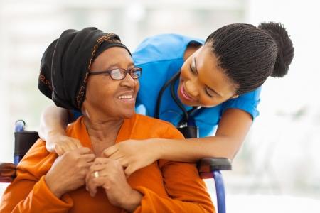 친절한 여성 간호사와 행복 노인 환자