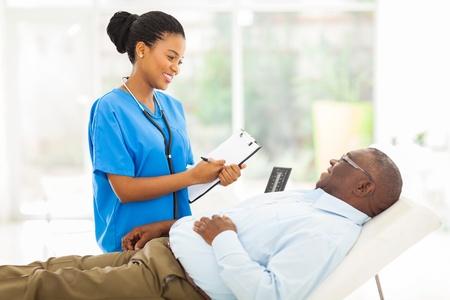 사무실에서 수석 환자 컨설팅 아름다운 아프리카 여성 의사