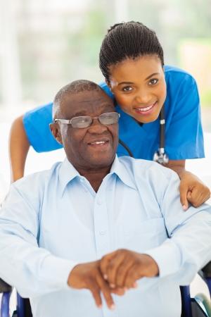 ヘルスケア: 高齢者のアフリカ系アメリカ人男性と思いやりの若い介護者が自宅で