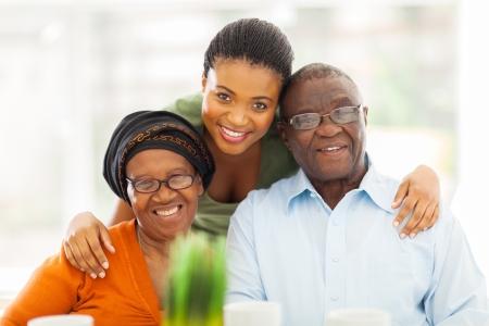 自宅で幸せのアフリカの家族の肖像画