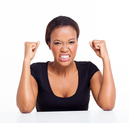 mujer enojada: Mujer africana enojada aislado en blanco