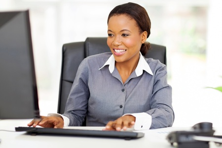 computadora: hermosa joven empresaria afroamericana de trabajo en equipo