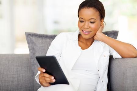 femme africaine: jolie femme africaine utilisant un ordinateur tablette � la maison Banque d'images