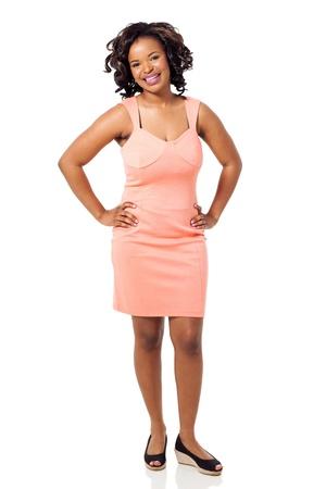 mujer cuerpo completo: hermosa mujer joven negro en un vestido aislado en blanco