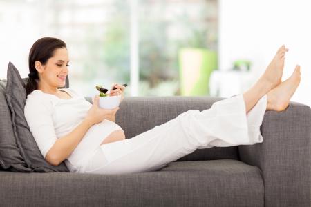 Hermosa mujer embarazada sana de comer ensalada de vegetales Foto de archivo - 22248627