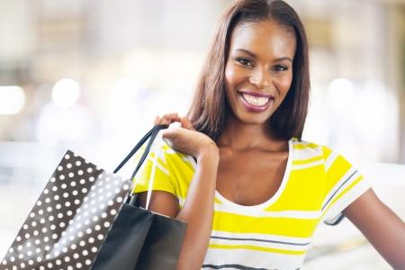 mooie zwarte dame winkelen in winkelcentrum