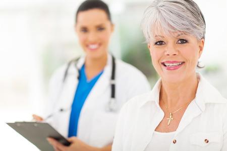 weiblich: hübsche Frau, Senior in Arztpraxis Lizenzfreie Bilder