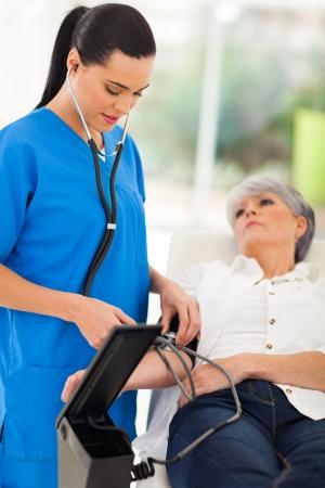 prachtige arts controleren van bloeddruk hogere patiënt