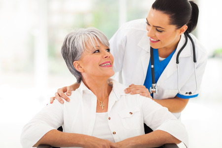 enfermera con paciente: cuidado m�dico con el paciente mayor en oficina Foto de archivo