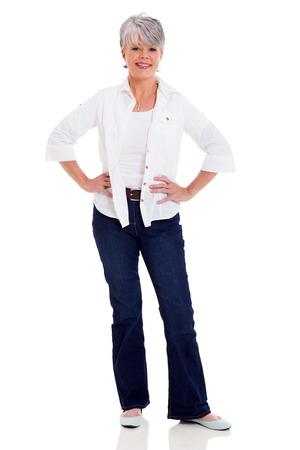mooie vrouw van middelbare leeftijd in casual kleding op een witte achtergrond