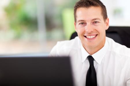 boss: empleado de oficina sonriendo mirando a la cámara