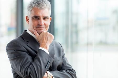 近代的なオフィスに成功した上級ビジネスマンの肖像画