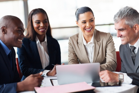 business man laptop: hombres de negocios alegres en una reuni�n en la oficina