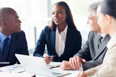 white laptop: gruppo di uomini d'affari con una riunione in ufficio moderno