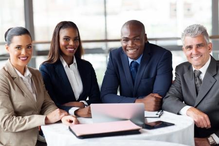オフィスに座っている幸せのビジネスマンのグループ
