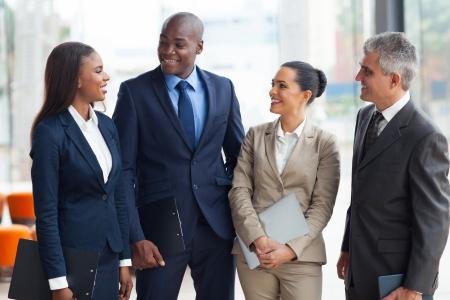 groep van mensen uit het bedrijfsleven te praten na de vergadering