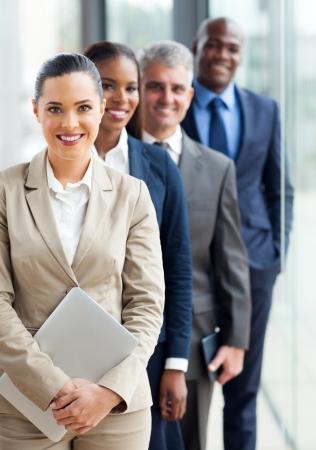 groep gelukkige zakenlieden staan in een rij