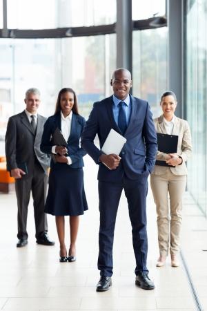 ejecutivo en oficina: masculino confidente empresa l�der africano y el equipo en la oficina Foto de archivo