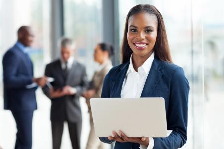 사무실에서 아름 다운 젊은 아프리카 계 미국인 사업가 랩톱 컴퓨터를 사용 하