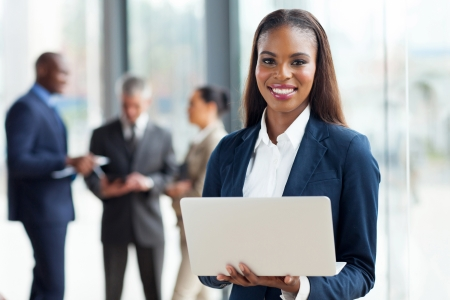 mooie jonge Afro-Amerikaanse zakenvrouw met behulp van laptop computer in kantoor