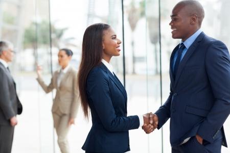 전문 아프리카 비즈니스 사람들이 사무실에서 핸드 쉐이킹