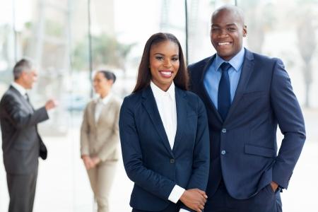 american african: giovane africano affari americana in ufficio